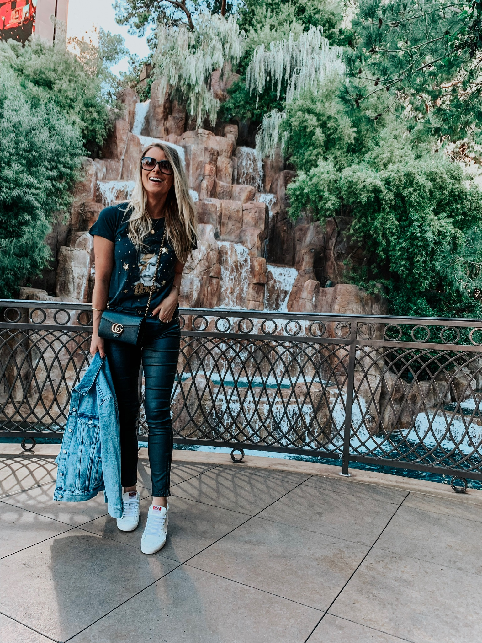 girl wearing casual outfit to explore vegas